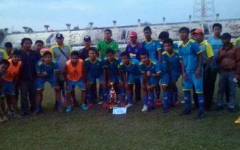 Foto bersama tim Persekap beserta Official dan piala juara 2 liga Nusantara Kalteng