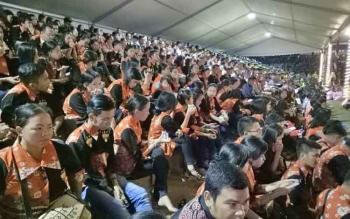 Kontingen Kabupaten Gunung Mas saat mengikuti acara penutupan Pesparawi ke XVI Kalteng di Stadion Hinang Golloa, Nanga Bulik, Kabupaten Lamandau, Kamis (21/9/2017) malam.