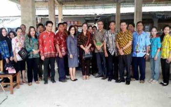 Anggota Komisi II DPRD Barito Timur foto bersama kepala Dinas Perdagangan Alvianson, kepala UPT Pasar Temenggung Djaya Karti dan pengelolanya saat kunjungan kerja dalam daerah.