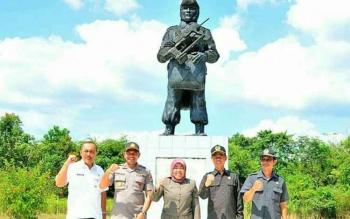 Bupati Kobar Nurhidayah dan unsur FKPD di depan Monumen Penerjunan bersejarah di Desa Sambi Kecamatan Arut Utara, beberapa waktu lalu.