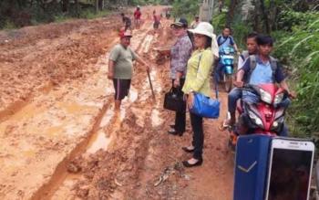 Anggota DPRD Barito Timur melakukan kunjungan kerja dalam daerah dengan meninjau jalan provinsi Kalteng rute Hayaping - Patung yang sempat ramai diperbincangkan di media sosial.