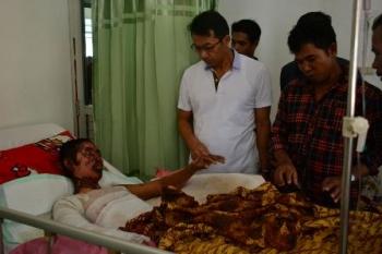 Bupati Murung Raya Perdie M Yoseph mengunjungi korban luka bakar di RSUD Puruk Cahu, Jumat (22/9/17).