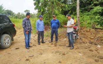 Bupati Barito Utara, H Nadalsyah bersama Sekda Jainal Abidin, Kepala Dinas PUPR H Fery Kusmiadi dan Camat Teweh Tengah, Hery Jhon Setiawan saat memantau proyek jalan.