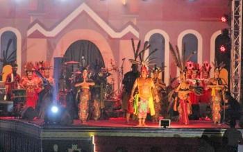 Kontingen Pesparawi kabupaten Lamandau Cabang Foklore (Exhibition) saat tampil di malam penutupan Pesparawi XVI Tingkat Kalteng, Stadion Hinang Golloa, Nanga Bulik, Kamis (21/9/2017).