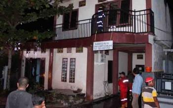 Proses pemadaman di sebuah rumah yang nyaris hangus terbakar di Jalan Papuyu, Palangka Raya.
