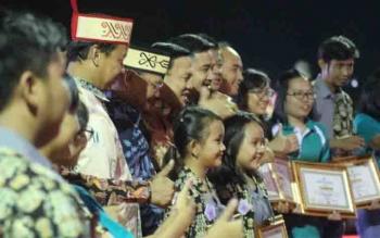 Penyerahan penghargaan pada pemenang di penutupan Pesparawi tingkat Kalteng di Lamandau.