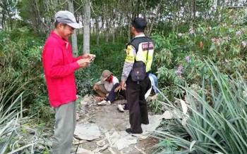 Personel kepolisian menyambangi petani untuk menyampaikan pesan perihal larangan karhutla.
