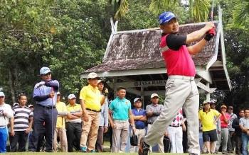 Bupati Barsel, Eddy Raya Samsuri memukul bola golf pada Turnamen Golf Piala Bupati Barito Selatan (Barsel) dalam rangka HUT Barsel yang ke 58 di Padang Golf Isen Mulang, Palangka Raya, Sabtu (23/9/2017).