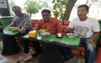 Wakil Walikota Palangka Raya, Mofit Saptono Subagi (kiri) dan Rektor IAIN Palangka Raya, Ibnu AS Pelu makan bakso bersama wartawan, Sabtu (23/9/2017)