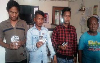 Empat tersangka pengedar zenith saat diamankan beserta barang buktinya di Polres Barito Utara