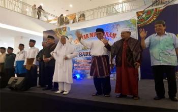 Wakil Bupati Kotim Taufiq Mukri (kanan) saat berparade bersama Kepala Kemenag Kotim, Samsudin dan peserta lainnya