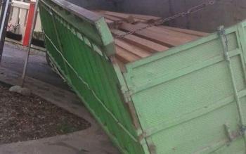 Truk yang membawa kayu ilegal jenis balau dengan muatan 10 kubik ini melinyang dijalan dekat Polres Barito Utara
