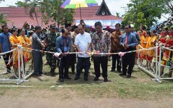 Bupati Kapuas Ben Brahim menggunting pita tanda dibukanya kegiatan Job Matching 2017