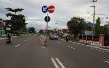 Inilah salah satu barrier atau pembatas jalan yang berada di Jalan Tjilik Riwut Palangka Raya. Pembatas jalan ini perlu penerangan guna memudahkan pengendara saat berkendara malam hari maupun ketika turun hujan