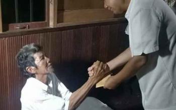 Bupati Kapuas Ir Ben Brahim S Bahat menyerahkan bantuan kepada Muhammad Yuni korban kebakaran di RT 15 Kelurahan Murung Keramat Kecamatan Selat Minggu (24/9/2017) malam