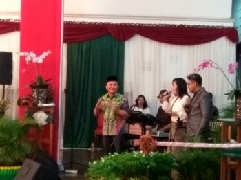 Gubernur Kalteng Sugianto Sabran sedang menyanyi didampingi dua biduan di Istana Isen Mulang saat menjamu Panglima Komando Operasi TNI Angkatan Udara II, Minggu (24/9/2017) malam.