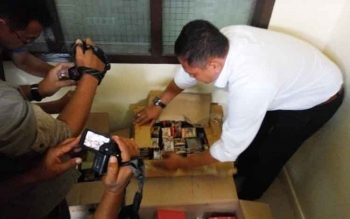 Kasubdit 1, AKBP M Fadli menunjukan obat yang diamankan.