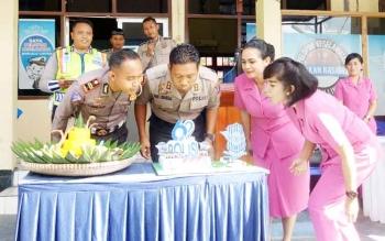 Kapolres Sukamara, AKBP Rade M Sinambela bersama istir dan Iptu Azmi Halim Permana bersama istri saat meniup lilin kua ulang tahun HUT Lalu Lintas Bhayangkara ke 62.