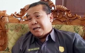 Wakil Ketua DPRD Gumas Punding S Merang memberikan keterangan kepada wartawan.