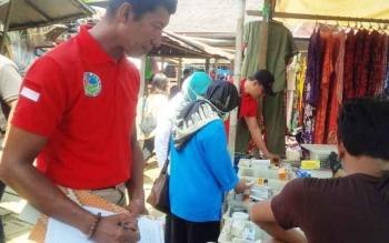 Jajaran Satresnarkoba Polres Barito Utara bersama pihak petugas dari Dinas Kesehatan saat merazia pedagang obat di Pasar Muara Teweh, beberapa waktu lalu.