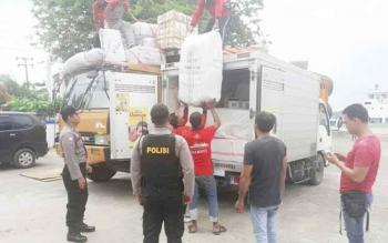 Sejumlah anggota Polsek KPM saat melakukan pemeriksaan terhadap kendaraan yang membawa barang saat turun dari kapal di Pelabuhan Sampit.