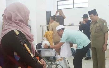 Bupati Kotim Supian Hadi menyalami jemaah haji yang sudah kembali ke Kota Sampit, Senin (25/9/2017).
