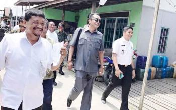 Ketua DPRD Palangka Raya Sigit K Yunianto saat mengunjungi permukiman warga, baru-baru ini.