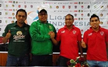 Manajer Tim Persebaya, Chairuddin Basalamah (dua dari kiri) dan Pelatih Kepala Kalteng Putra, Kas Hartadi (dua dari kanan) foto bersama seusai konferensi pers.