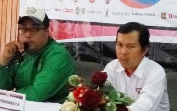 Manajer Tim Persebaya Surabaya, Chairuddin Basalamah (kiri), Media Officer Kalteng Putra, Dodi (kanan) menjelaskan kepada wartawan pada konferensi pers