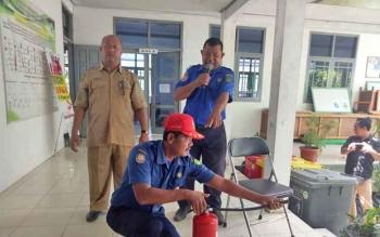 Petugas Pemadam Kebakaran Sukamara saat menjelaskan cara menggunakan alat pemadam api ringan.