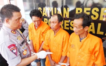 Kapolres Palangka Raya AKBP Lili Warli mengintrogasi tiga pengedar zenith, Ilham, Rahmadi, dan Hapili, Selasa (26/9/2017).