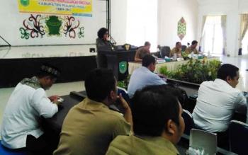 Wabup Pulang Pisau Pudjirustaty Narang saat membuka Rakor Penanggulangan Kemiskinan Kabupaten Pulang Pisau Tahun 2017.