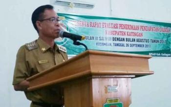Bupati Sakariyas menyampaikan sambutan pada rapat evaluasi penerimaan pendapatam daerah triwulan II di Aula DPKA, Selasa (26/9/2017).