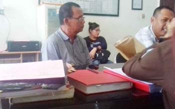 Syamsudin Manurung salah satu tersangka kasus judi Bingo, saat pelimpahan berkas tahap II di Kejari Kotim.