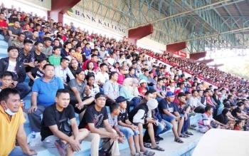 Pendukung Kalteng Putra memenuhi tribun Stadion Tuah Pahoe, Palangka Raya, Selasa (26/9/2017).