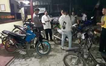Aparat Polsek Jaya Karya saat melakukan razia terhadap pengendara yang menggunakan kenalpot racing