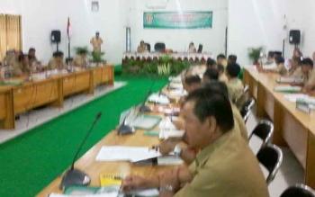 Bupati Sakariyas menyampaikan sambutan pada rapat evaluasi penerimaan pendapatam daerah triwulan II di aula DPKA, Selasa (26/9/2017)