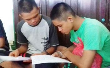 Muhammad Jepry Setiawan (16) dan Muhammad Nur Saputra alias Putra (16) terdakwa kasus pencurian saat menjalani sidang di pengadilan
