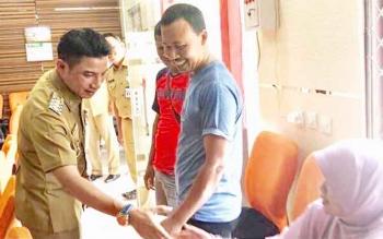 Bupati Kotim Supian Hadi saat sidak ke Dinas Penanaman Modal dan PTSP, Selasa (26/9/2017)