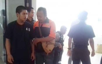 Debi Andizakaria (baju tahanan) salah satu tersangka pencurian saat digiring petugas kepolisian seusai menjalani sidang di Pengadilan Negeri Sampit