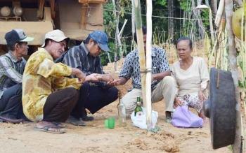 Warga Barito Utara saat memasang portal adat di wilayah perkebunan PT Antang Ganda Utama