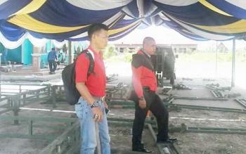 Panitia FSQ ke IV tingkat Kabupaten Katingan menyiapkan tenda di halaman Gedung LPTQ Kasongan, Selasa (26/9/2017).