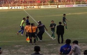 Persebaya Surabaya protes dan memilih mundur dari laga. Namun beberapa menit kemudian kembali berlanjut