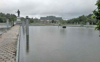 Bundaran Kantor Bupati Katingan terendam banjir setelah diguyur hujan sejak dinihari hingga pagi ini.