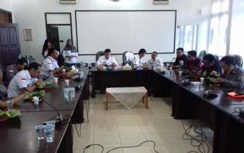 Para awak media saat bersilaturahim dengan Plt Sekda Kotim H Halikinnor.