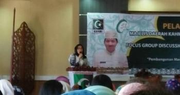 Ketua PGRI Kota Palangka Raya, Ernawati, saat menjadi narasumber dalam Forum Group Discussion bersama KAHMI kota, Selasa (26/9/2017).