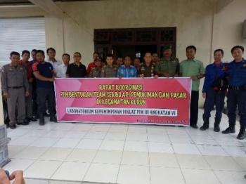 Kepala Satpol PP Kabupaten Gunung Mas Edwin Yustian saat bersama Tim Serbu Api Permukiman dan Pasar Kecamatan Kurun, Rabu (27/9/2017).