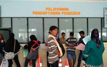 Sejumlah masayarakat saat mengurus administrasi kependudukan di Disdukcapil Kotim. Dimana terlihat beberapa ibu-ibu sambil menggendong anakny