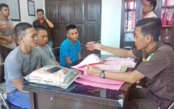 Heriyanto alias Heri alias Bumbum, Dihil dan Budi tersangka curi sawit saat diperiksa jaksa.