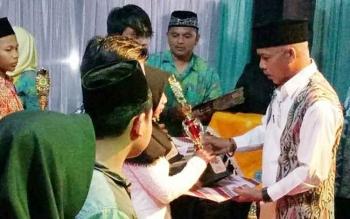 Ketua DPD Lasqi Lamandau saat menyerahkan trofi kepada sejumlah pemenang lomba pada penutupan FSQ IV tingkat Kabupaten Lamandau tahun 2017, Selasa (26/9/2017) malam.